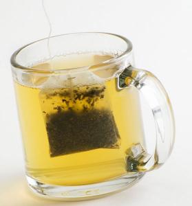Cách pha trà Atiso cho người lớn tuổi khá đơn giản và nhanh chóng đúng không!